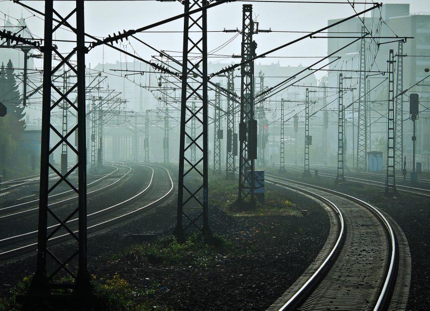 NaKolei.pl - Zderzenie pociągu z autobusem szkolnym we Francji: Nie żyje czworo dzieci