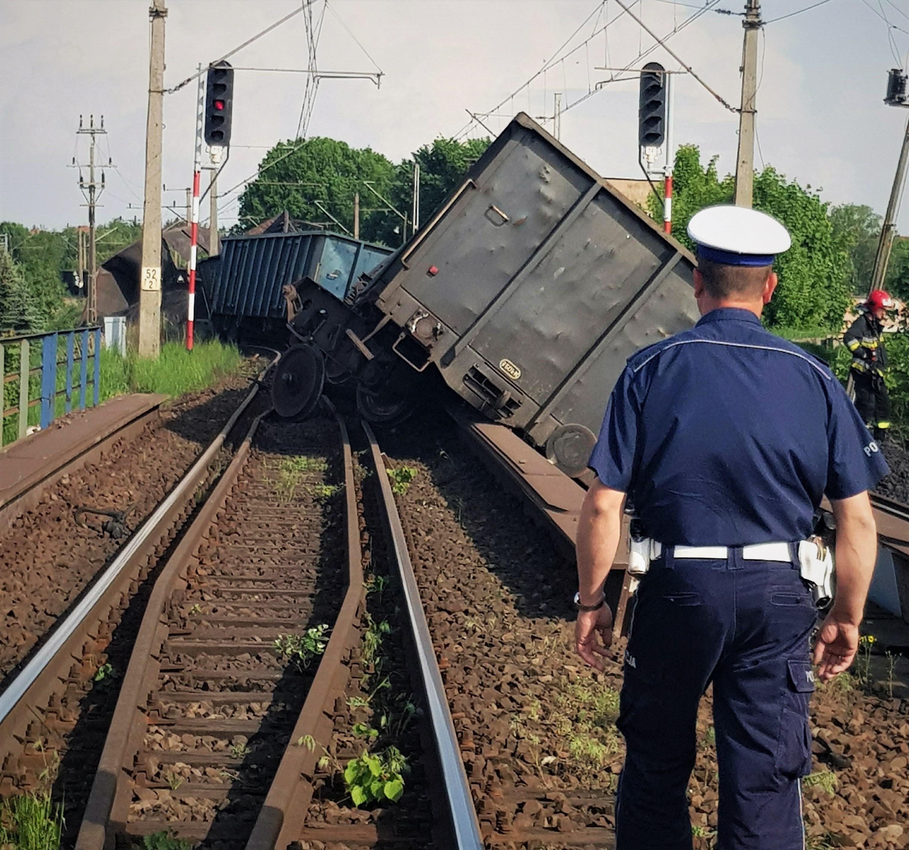 NaKolei.pl - Prawdopodobnie dzisiaj zostanie wznowiony zostanie ruch pociągów relacji Poznań-Krzyż-Szczecin przez Wronki. Kolejarze mają się uporać z usuwaniem wagonów z węglem po czwartkowym wykolejeniu pociągu. Na stacji Wronki wykoleiło się 12 wagonów i zablokowały oba tory. I od czwartku trwa usuwanie wagonów i węgla