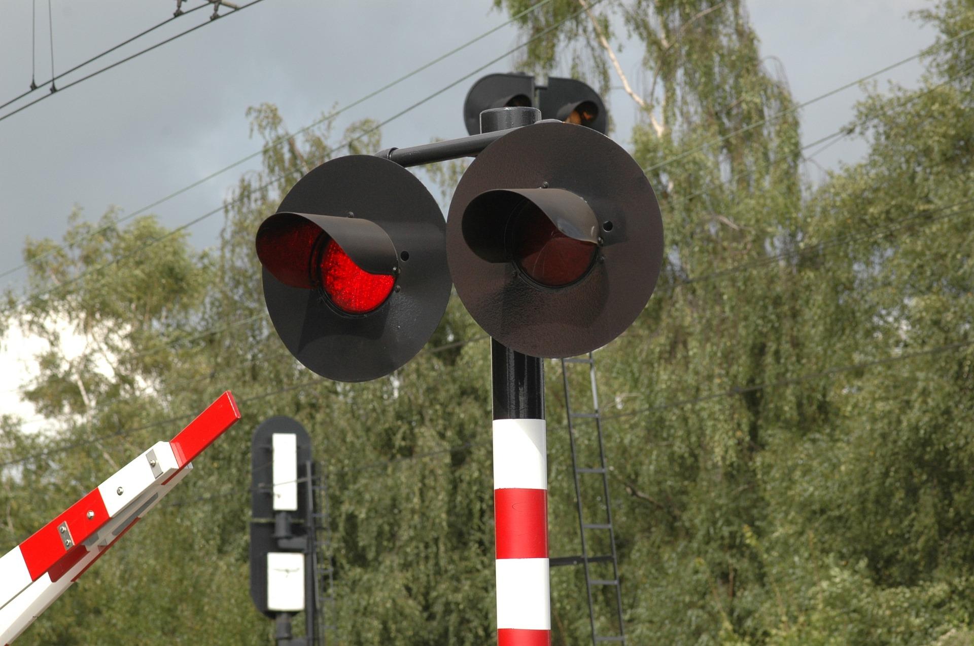 Daleszewo k. Gryfina: Ciężarówka wjechała pod pociąg. Nie żyje kierowca