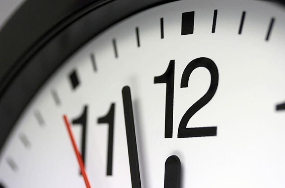 Jak reagujemy na opóźnienia? Studenci sprawdzają