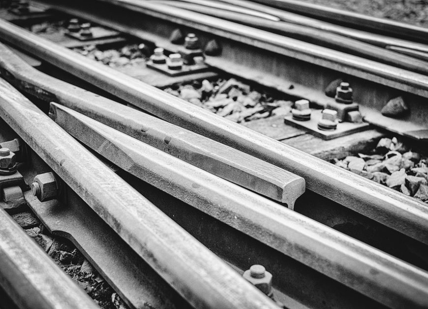 NaKolei.pl - Indie: Szkolny bus wjechał pod pociąg. Są ofiary