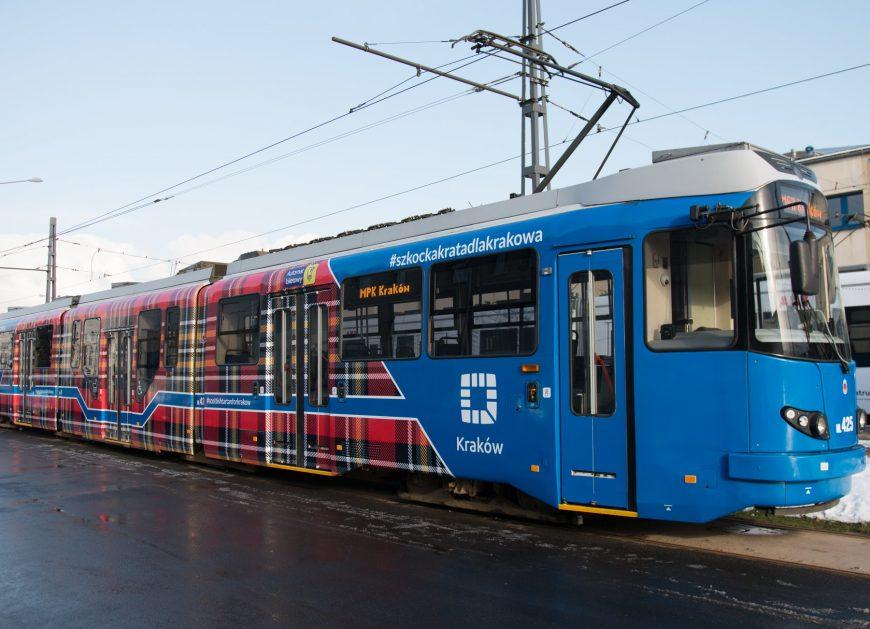 NaKolei.pl - Tramwaj w szkocką kratę przyciągnął do Krakowa ambasadora Wielkiej Brytanii