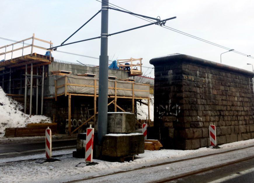 NaKolei.pl - Wiadukt kolejowy nad ul. Obozową w Warszawie - PLK zamontowała jego stalową konstrukcję