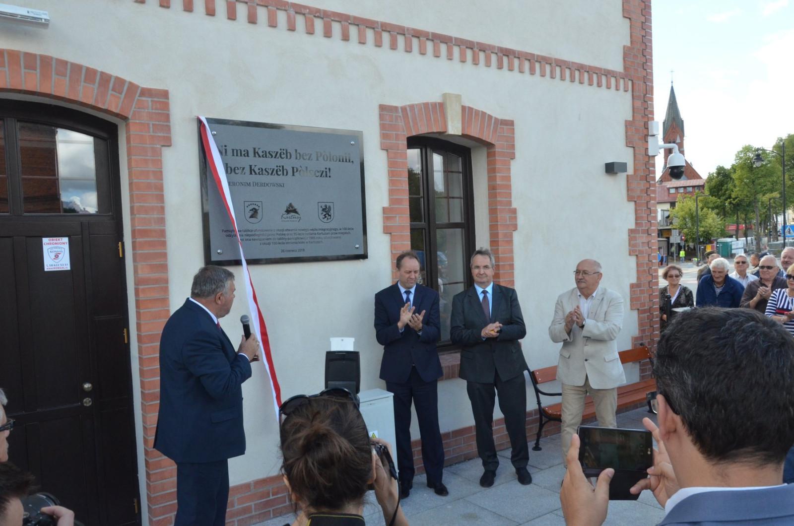 NaKolei.pl - Kartuzy: Oddano do użytku nowy budynek dworca. Będzie pełnił funkcję węzła integracyjnego