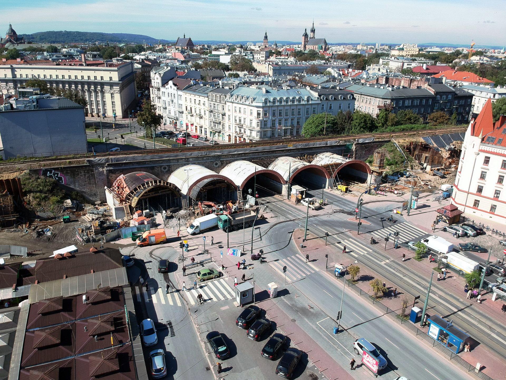 NaKolei.pl - Postęp prac na krakowskiej linii średnicowej. Kolejny etap działań przy wiadukcie na ul. Grzegórzeckiej