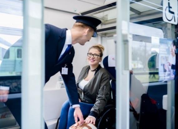 Kolej zwiększy komfort podróży osób niepełnosprawnych! PKP Intercity szkoli z obsługi tej grupy pasażerów
