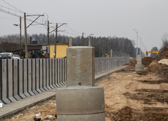 Postępują prace na środkowym odcinku trasy kolejowej pomiędzy Warszawą a Radomiem