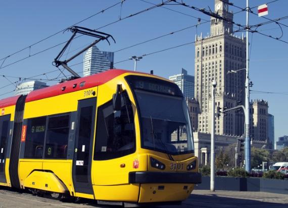 PILNE! Tramwaj linii 4 zderzył się z ciężarówką w Warszawie. Motorniczy trafił do szpitala