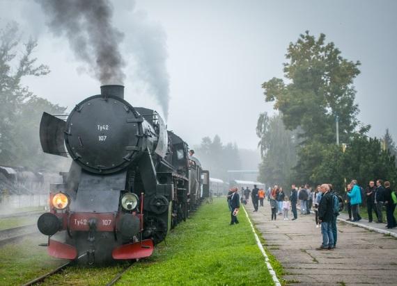 Pociąg retro od maja ruszy na małopolskie tory. Mamy listę zaplanowanych przejazdów!