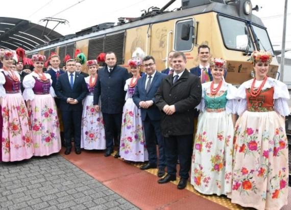 """""""Powstaniec Śląski"""" dotarł ze sztandarem do Warszawy. Prezydent Duda: """"Bardzo dziękuję, żeście ztym darem przyjechali tutaj"""""""