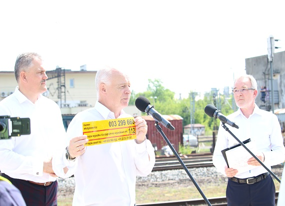 Żółte naklejki PLK 165 razy zapobiegły tragediom na przejazdach kolejowych