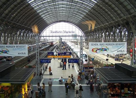 Niemcy: Erytrejczyk wepchnął kobietę z dzieckiem pod pociąg