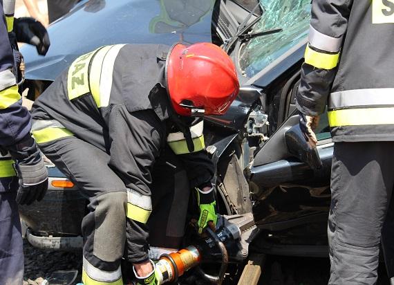 Kujawsko-pomorskie: Samochód osobowy wjechał pod szynobus. Zginęła 79 letnia kobieta