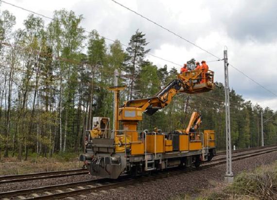 Rozwieszanie sieci trakcyjnej na linii Węgliniec – Zgorzelec na półmetku