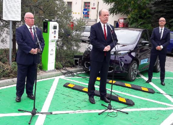 Coraz więcej stacji ładowania samochodów elektrycznych przy dworcach PKP
