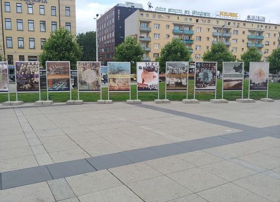 Wystawa przy dworcu Wrocław Główny upamiętniająca 76 rocznicę rzezi wołyńskiej