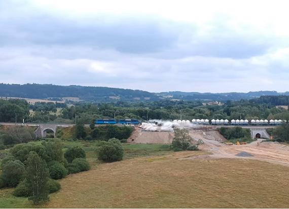 Czechy: Wykolejenie pociągu towarowego. Maszynista trzykrotnie przekroczył dozwoloną prędkość [WIDEO]
