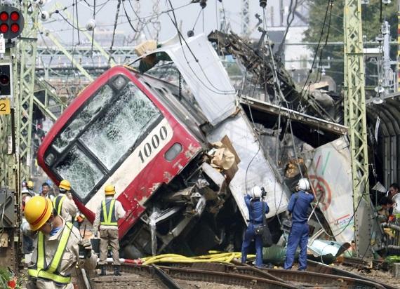 Japonia: Wykolejenie pociągu po zderzeniu z ciężarówką. Dziesiątki rannych pasażerów