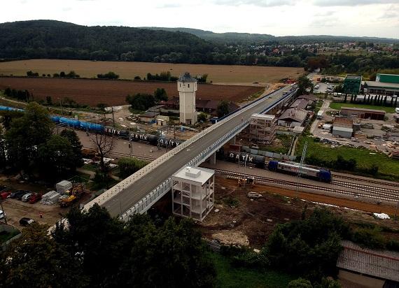 Nowy wiadukt w Krzeszowicach – bezpieczniej i sprawniej na torach i  drodze