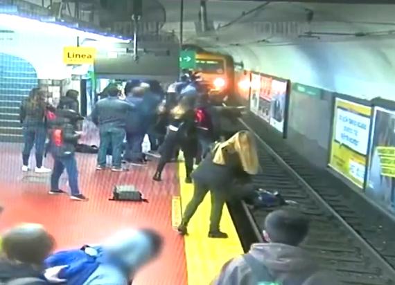 Buenos Aires: O włos od tragedii w metrze! Kobieta została wypchnięta pod nadjeżdżający pociąg [WIDEO]