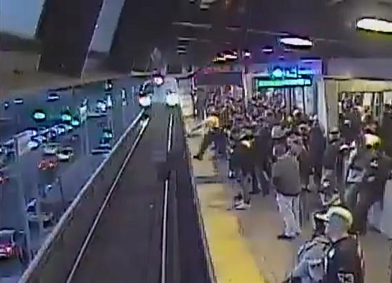 USA: Pracownik kolei wyciągnął w ostatniej chwili mężczyznę spod nadjeżdżającego pociągu [WIDEO]