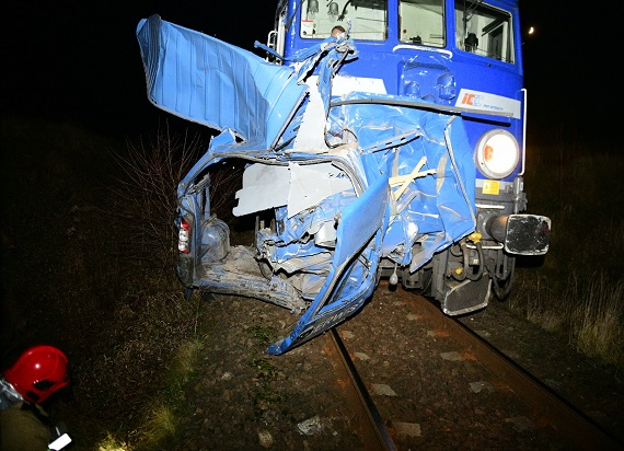 Pociąg z impetem uderzył w samochód dostawczy. Kierowca i jego pasażer byli pod wpływem alkoholu