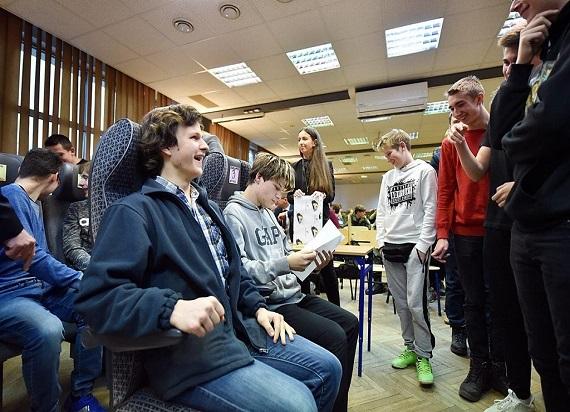 Uczniowie technikum w Krakowie wybierali fotele do pociągów Kolei Małopolskich