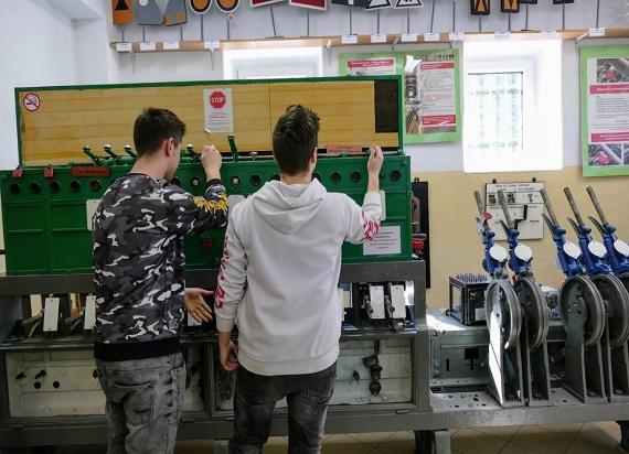 Jak obecnie wygląda kolejowe szkolnictwo zawodowe w Polsce? Analiza UTK