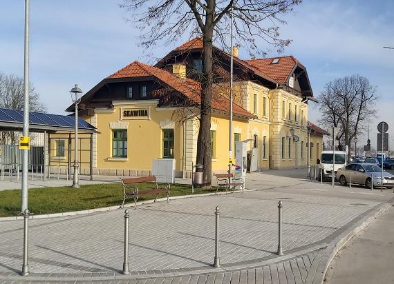 Skawina stawia na kolej. Powstaje nowy dworzec, parkingi i ścieżki rowerowe [ZDJĘCIA]