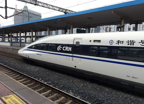 Chiny uruchomiły kursy pierwszym inteligentnym pociągiem rozpędzającym się do 350 km/h
