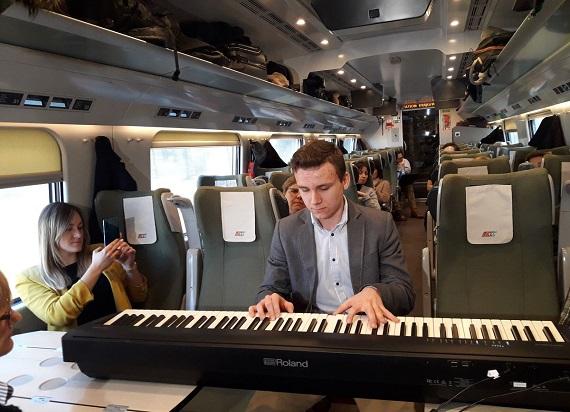 14-latek zagrał koncert na pokładzie Pendolino. W ten sposób zbiera pieniądze na operację nogi