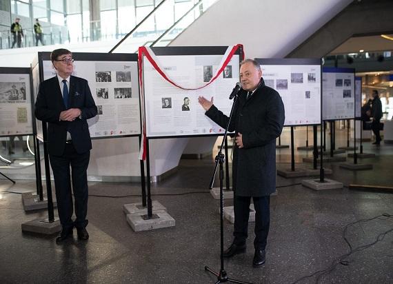 """""""Tablice Pamięci"""" na Dworcu Centralnym w Warszawie upamiętniające ofiary II Wojny Światowej"""