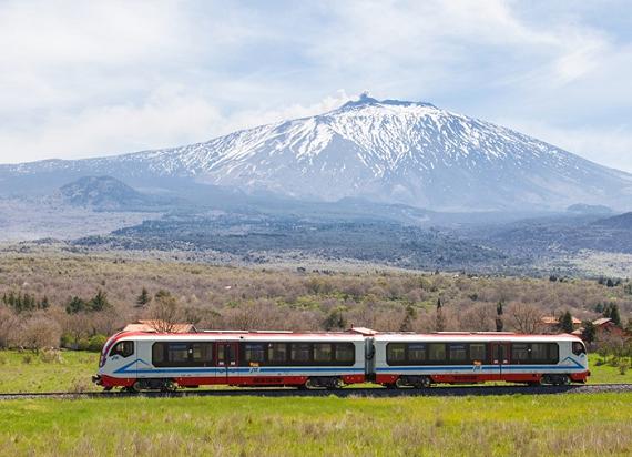 Polski pociąg jeżdżący u podnóży wulkanu Etna we Włoszech [ZDJĘCIA]