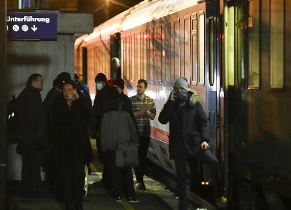 Zawieszone kursy pociągów, zwroty biletów i odszkodowania – ważne informacje dla pasażerów