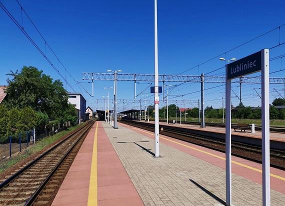 Podróżni na stacji Lubliniec korzystają z nowych wind