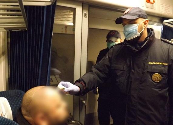 Sanepid szuka pasażerów pociągu. Jeden z podróżnych był zarażony koronawirusem