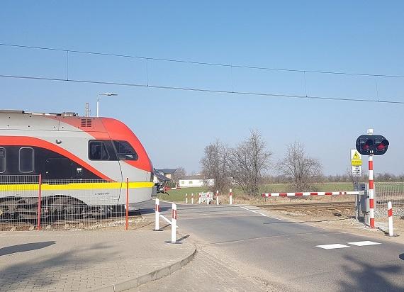 Łódzkie: Bezpieczniej na 80 przejazdach kolejowo-drogowych