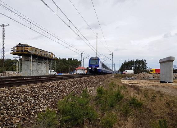 Na CMK rosną wiadukty obok kursujących pociągów