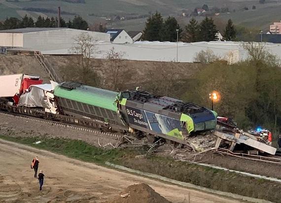 Niemcy: Betonowa część mostu spadła na tory. Nie żyje maszynista