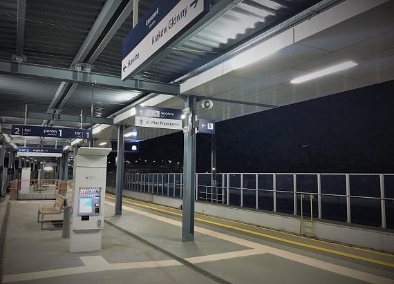 PLK montują kolejne energooszczędne oświetlenia LED na stacjach i przejazdach kolejowych