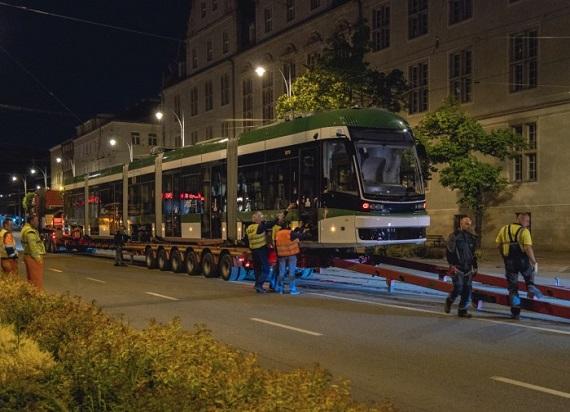 Biało-zielona Pesa Jazz już w Gdańsku. To hołd miasta z okazji 75-lecia Lechii Gdańsk [ZDJĘCIA]