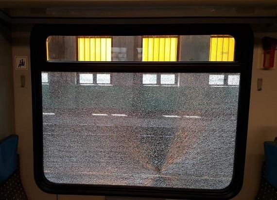 Obrzucili pociągi kamieniami. Koleje Śląskie liczą ogromne straty