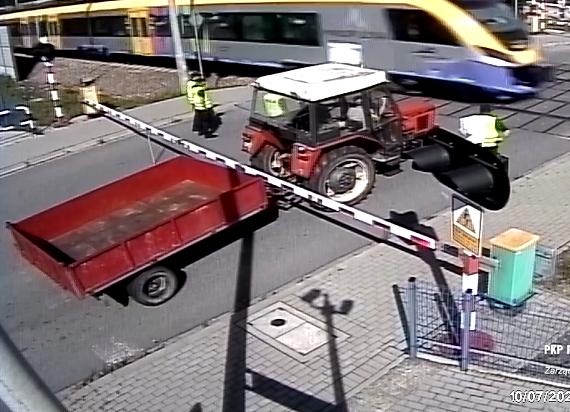 Pół tysiąca nagrań z przejazdów kolejowych trafiło na policję. PLK walczą z piratami drogowymi
