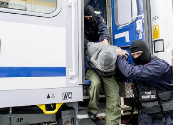 25-latek zaatakował kijem funkcjonariusza SOK. Został obezwładniony i teraz grozi mu do 10 lat więzienia