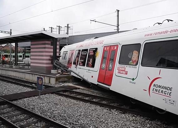 Szwajcaria: Wykolejenie pociągu na stacji kolejowej w Echallens [ZDJĘCIA]