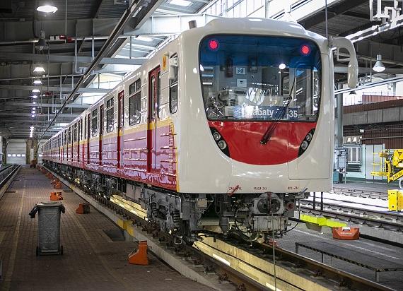 Pierwszy wyremontowany pociąg metra serii 81 wrócił do Warszawy. Jak się zmienił? [ZDJĘCIA]