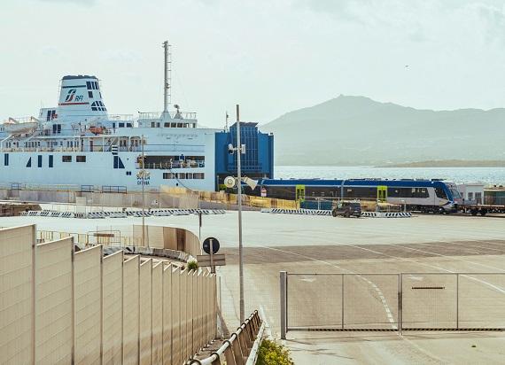 Pierwsze ATR220Tr z Pesa dopłynęły statkiem na Sardynię [ZDJĘCIA]