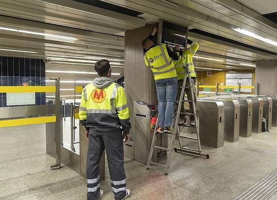 Metro Warszawskie montuje kolejne ekrany SIP. Wygodnie sprawdzisz, kiedy odjedzie pociąg