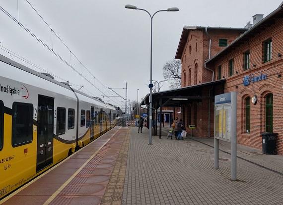 Dworce w Kątach Wrocławskich i Smolcu otwarte dla podróżnych [ZDJĘCIA]