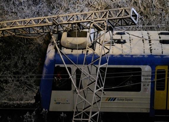 Słup trakcyjny przewrócił się na pociąg pasażerski w Chorzowie